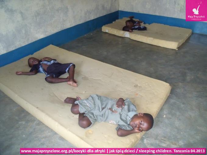 sleeping children_spiace dzieci obecnie_Tanzania_04.2013_5