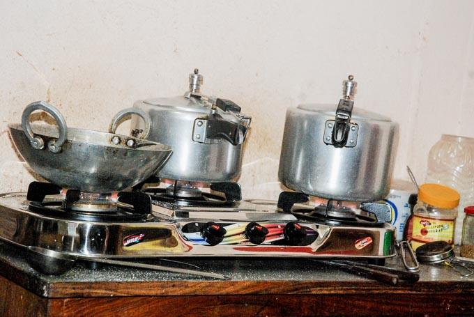 kuchnia-pharping-nepal_wieksze garnki do gotowania posilkow dla dzieci-2
